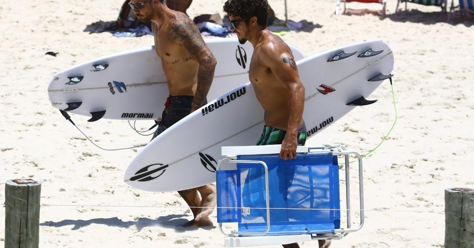14.jan.2014- Caio Castro e Felipe Titto deixam praia no Rio
