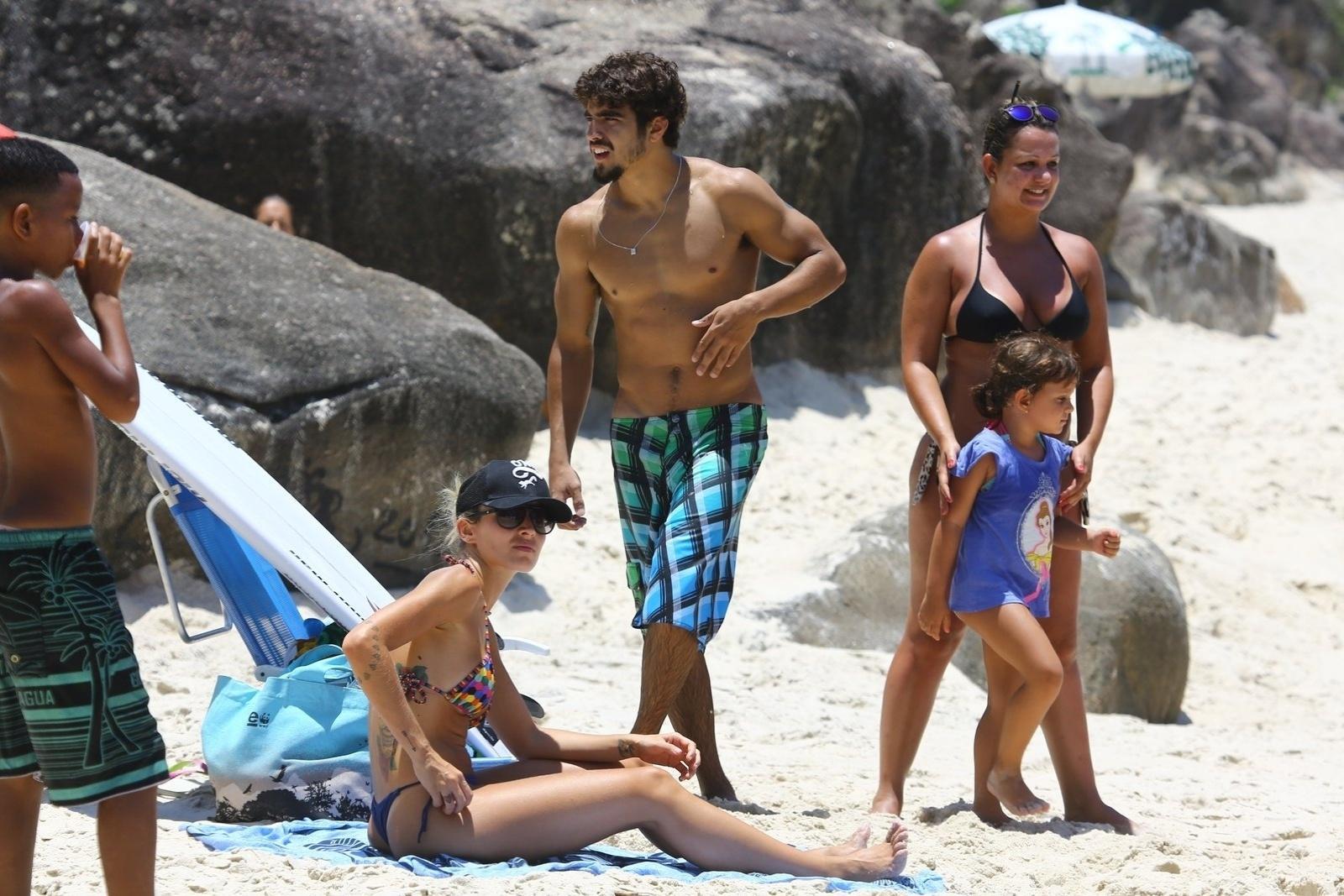 14.jan.2014- Caio Castro pegou anda em praia carioca e chamou a atenção dos banhistas
