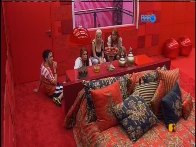 14.jan.2014 - Amanda estreia o quarto do líder e leva Aline, Alisson, Clara e Vanessa junto.