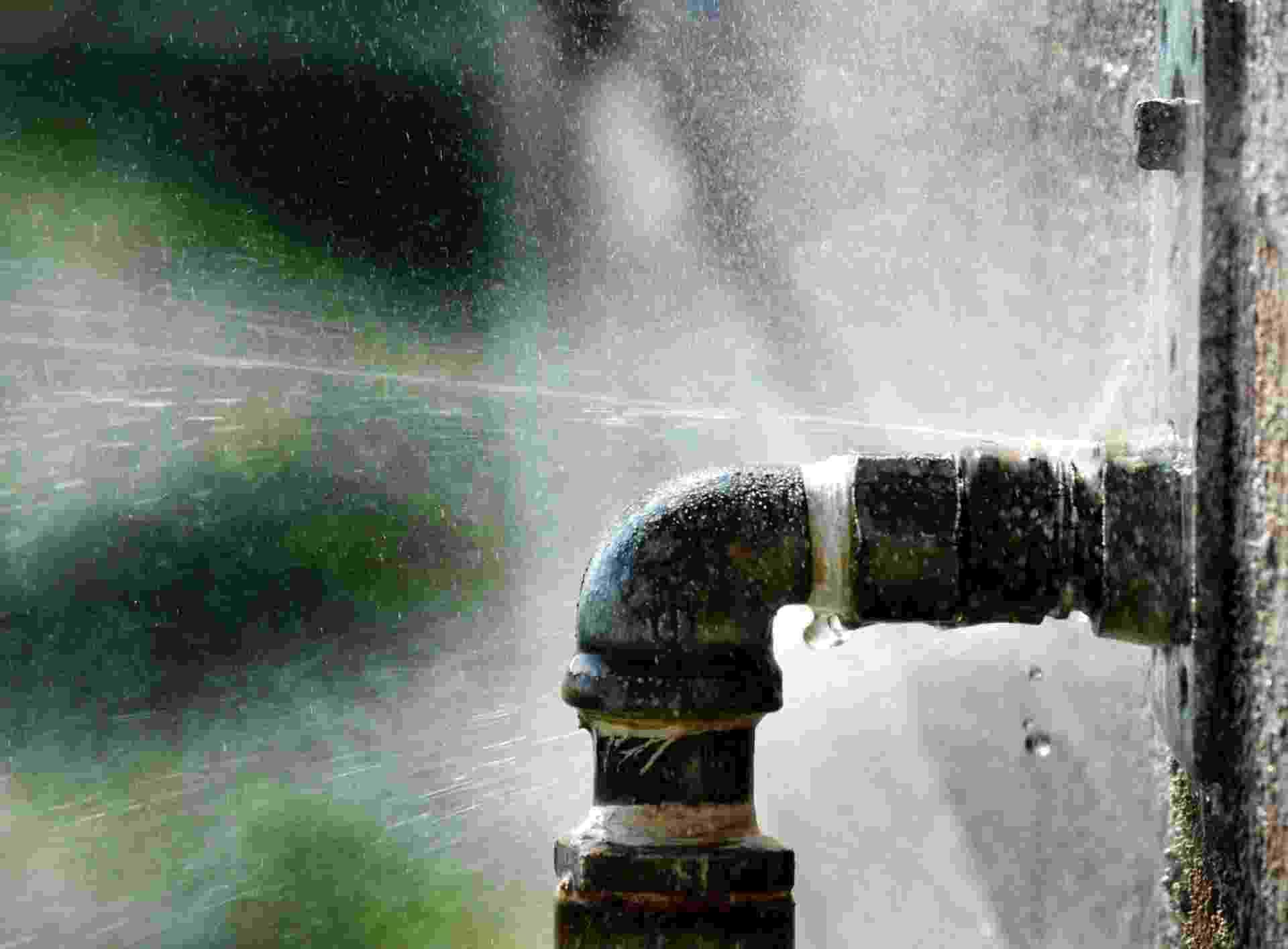 Conheça 12 erros que levam à desvalorização do imóvel e saiba como evitá-los - Não fazer manutenção preventiva (foto: cano com vazamento) - Getty Images