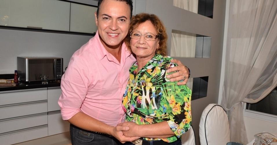 """14.jan.2014 - Dicesar levou a mãe para assistir ao primeiro programa do """"BBB14"""" na casa de Iris Stefanelli"""