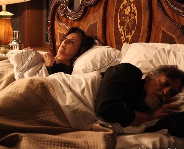 Ernest rejeita Gertrude em noite de núpcias e ela se queixa com Manfred