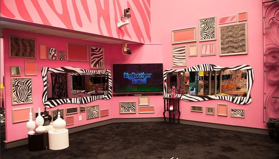 """14.jan.2014 - A sala principal da casa do """"BBB14"""", onde os brothers fazem contato com Pedro Bial, é rosa com estampas de zebra"""