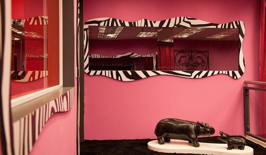 """14.jan.2014 - A sala principal da casa do """"BBB14"""" tem espelho com moldura de zebra e esculturas de animais, como os hipopótamos"""