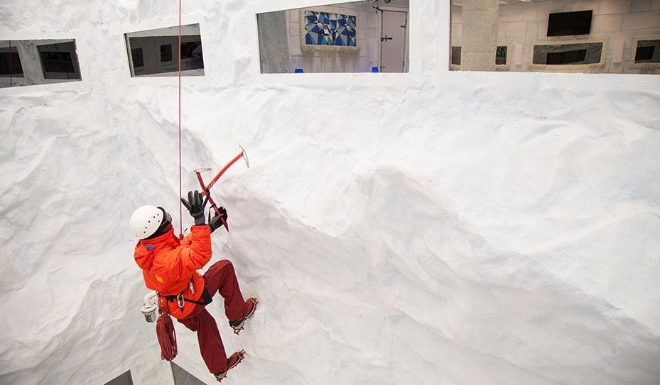 """14.jan.2014 - Alpinista decora o ambiente do Quarto Sibéria do """"BBB14"""""""