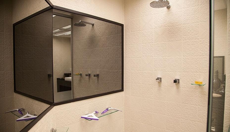 """14.jan.2014 - Banheiro da casa do """"BBB14"""" tem azulejos decorados em alto relevo"""