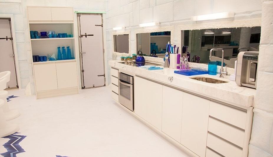 """14.jan.2014 - Na cozinha do ambiente Sibéria do """"BBB14"""", as cores frias predominam"""