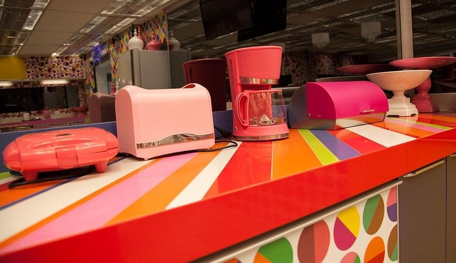 """14.jan.2014 - Os utensílios domésticos da casa do """"BBB14"""" tem variados tons de rosa"""