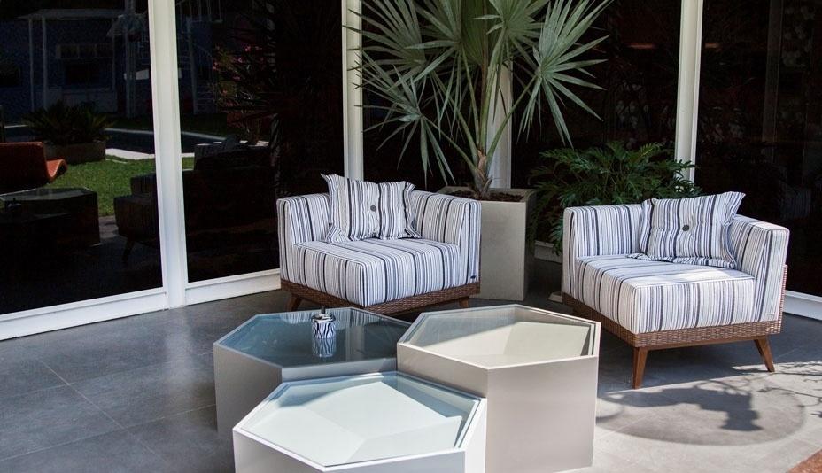 """14.jan.2014 - Poltronas com estampa discreta e plantas ficam na área externa da casa do """"BBB14"""""""