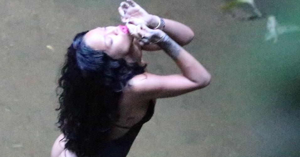 """15.jan.2014 - Rihanna fotografa de maiô fio-dental e decote em uma cachoeira, no Rio de Janeiro. A cantora está no país para estrelar editorial da revista """"Vogue Brasil"""""""