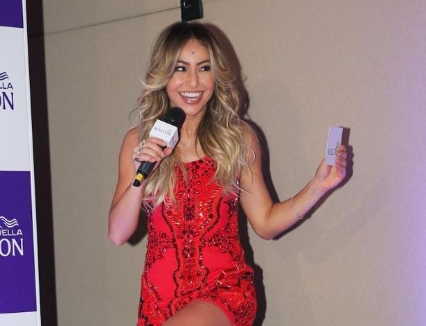 15.jan.2014 - Sabrina Sato exibe novo visual em evento para promover marca de produtos para cabelos, em São Paulo. A apresentadora, que recentemente assinou contrato com a Record, apareceu com os fios mais loiros