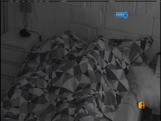 15.Jan.2015 - Valter e Franciele conversam na cama logo após acordarem