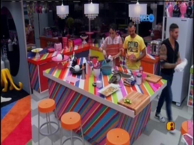 14.jan.2014 -Alisson, Vagner e Rodrigo conversam enquanto cozinham.