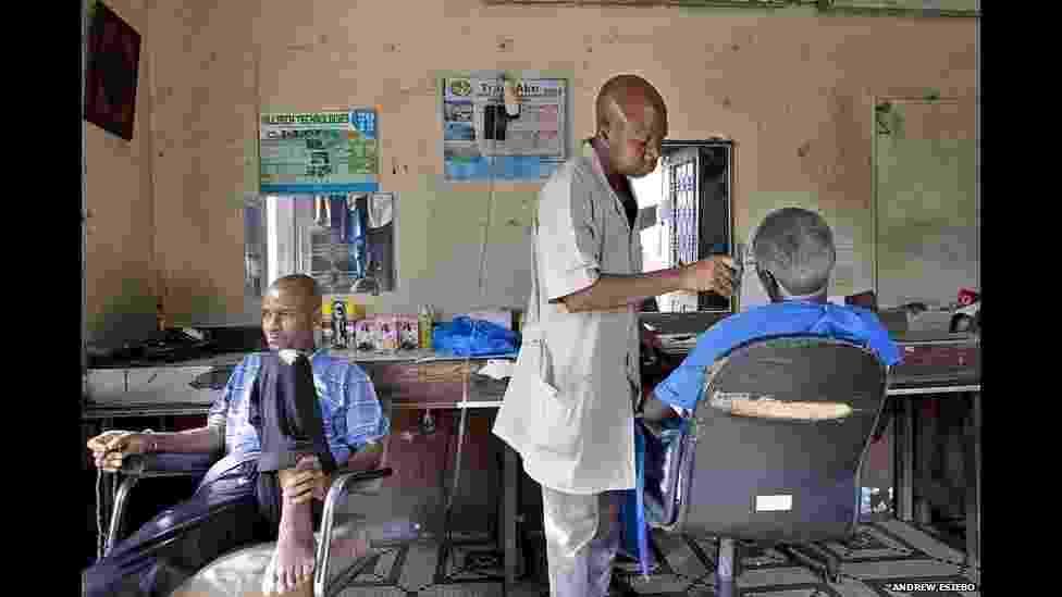Barbearias revelam o estilo da África - Andrew Esiebo