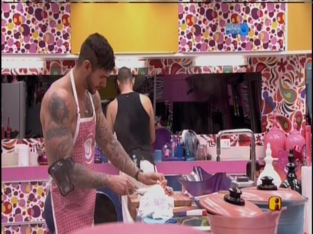 15,jan,2014 - O cozinheiro Rodrigo prepara o almoço