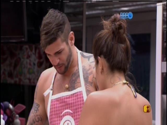 15,jan,2014 - Rodrigo conversa com Bella