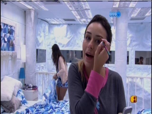 """15.jan.2014 - Letícia acorda e se prepara para o segundo dia na casa do """"BBB14"""""""