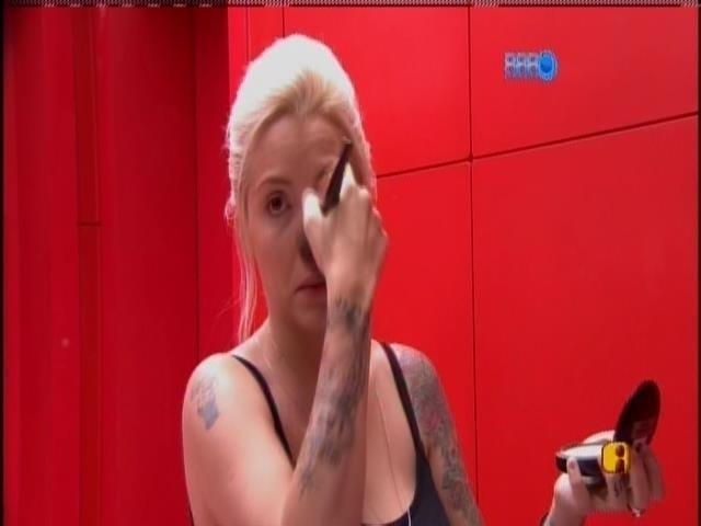 """15.jan.2014 - Clara acorda e se prepara para o segundo dia na casa do """"BBB14"""""""