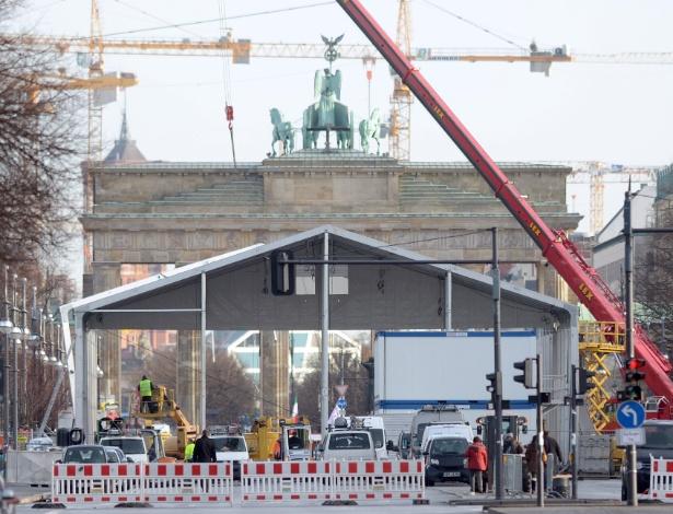 Tenda é montada em frente ao Portão de Brendemburgo para a semana de moda de Berlim, na Alemanha. O evento acontece entre 14 e 19 deste mês - Rainer Jensen/EFE