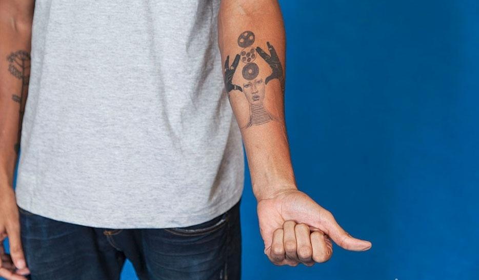 Valter tatuou uma imagem para manter pensamento positivo
