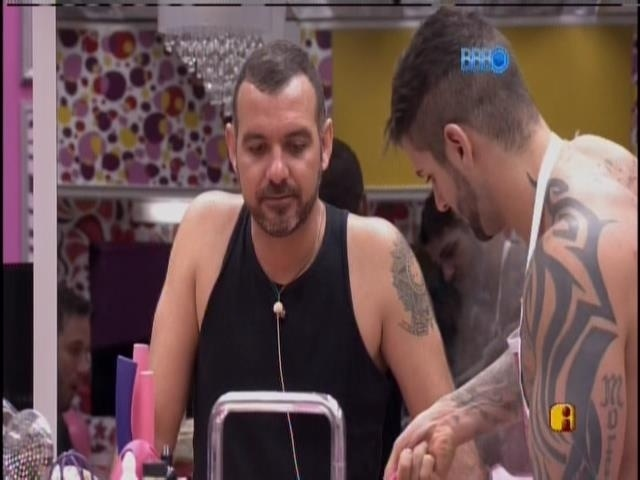 Valter conversa com Ricardo