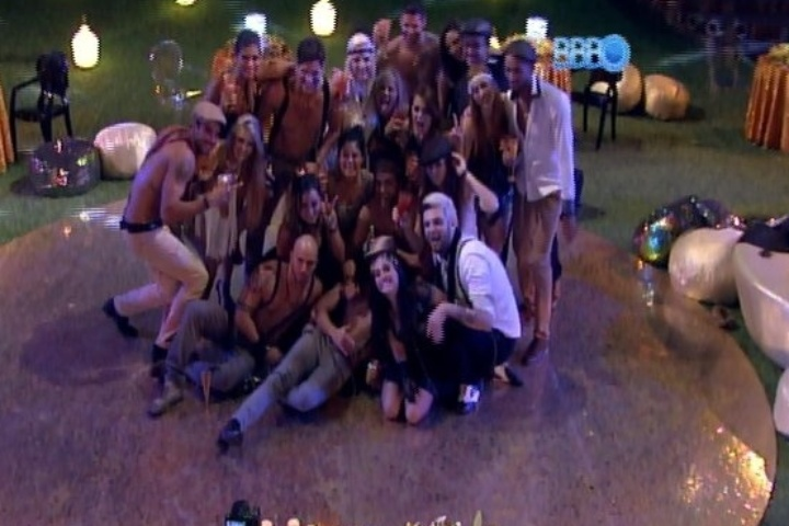 "15.jan.2014 - Valdirene entra para a casa do ""BBB14"""