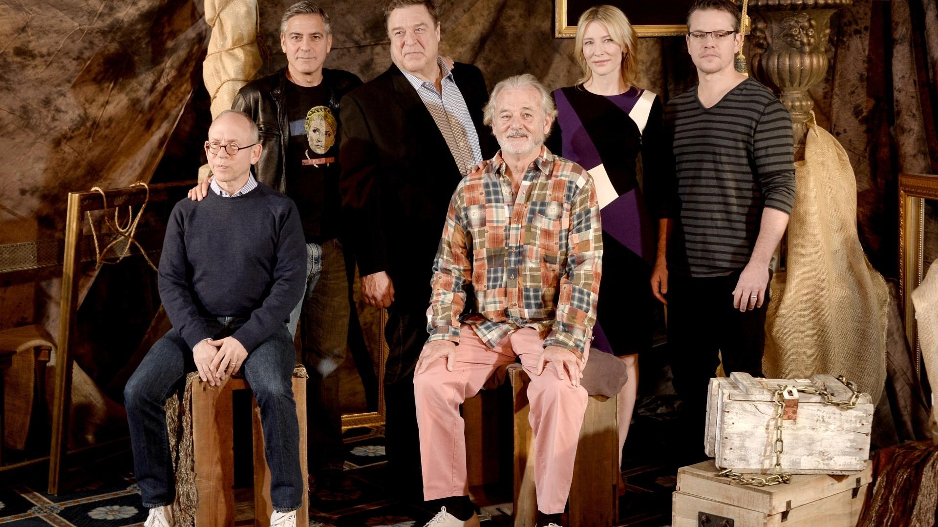 16.jan.2013 - Os atores Bob Balaban, George Clooney, John Goodman, Bill Murray, Cate Blanchett e Matt Damon (da esq. para a dir.) posam para fotos em evento de imprensa do filme