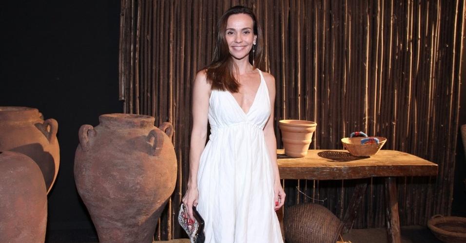 """16.jan.2014 - A atriz Flávia Monteiro posa durante a estreia da nova minissérie da Record, """"Milagres de Jesus"""""""