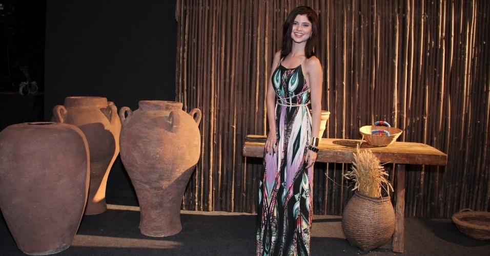 16.jan.2014 - Atriz Julianne Trevisol posa sorridente nos estúdios da Record no Rio de Janeiro
