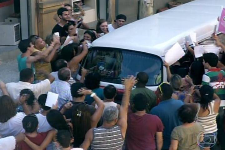 """16.jan.2014 - Em """"Amor à Vida"""", Valdirene é recebido por uma multidão de fãs ao chegar em casa"""