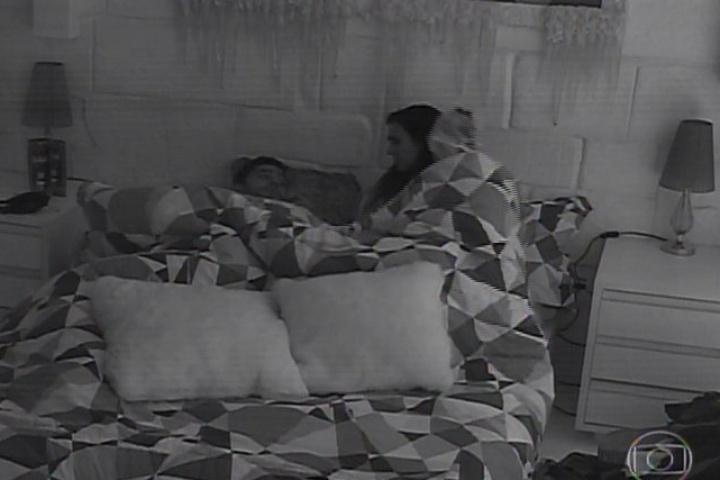 """16.jan.2014 - Em """"Amor à Vida"""", Valdirene entra na casa do """"BBB14"""". Ela deita debaixo do Edredom com Marcelo"""