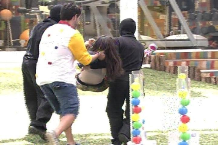 """16.jan.2014 - Em """"Amor à Vida"""", Valdirene se recusa a sair do """"BBB"""" e a é tirada a força"""