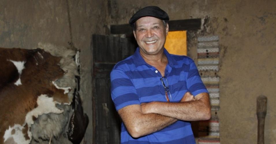 """16.jan.2014 - O ator André De Biase posa no lançamento da minissérie """"Milagres de Jesus"""", da Record"""