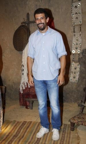 """16.jan.2014 - O ator Milhem Cortaz posa no lançamento da minissérie """"Milagres de Jesus"""", da Record"""