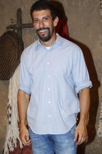 16.jan.2014 - O ator Milhem Cortaz posa no lançamento da minissérie