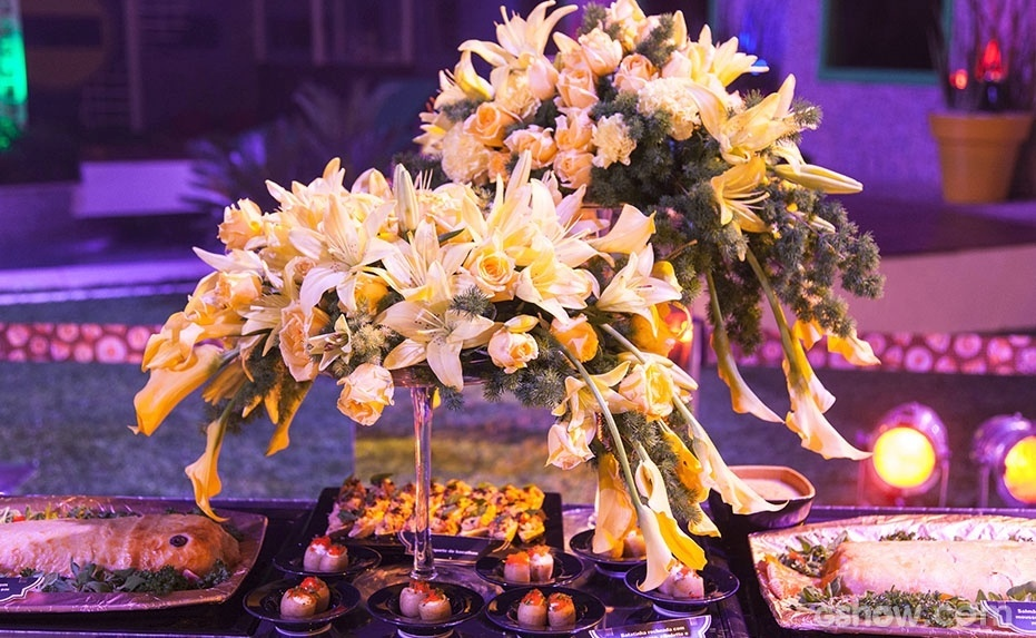 16.jan.2014- Na mesa de comidas, vários arranjos de flores foram colocados para decorar