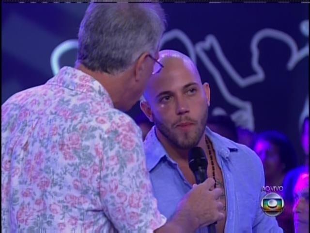 Bial conversa com João Almeida após a eliminação do cartomante.