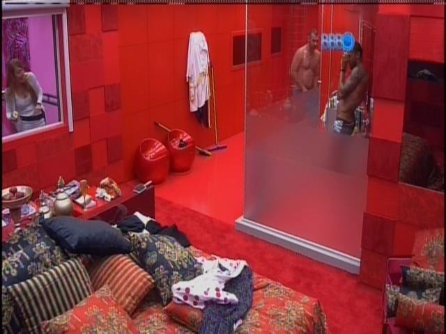 16.jan.2014 - Brothers tomam banho no quarto da líder