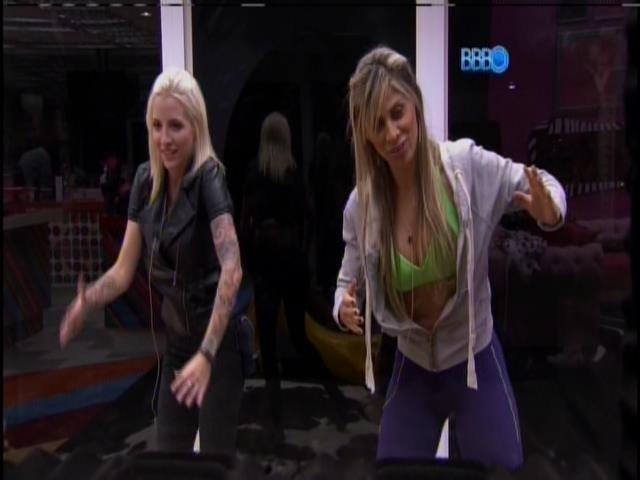 16.jan.2014 -Clara e Vanessa dançam e brincam na sala rosa