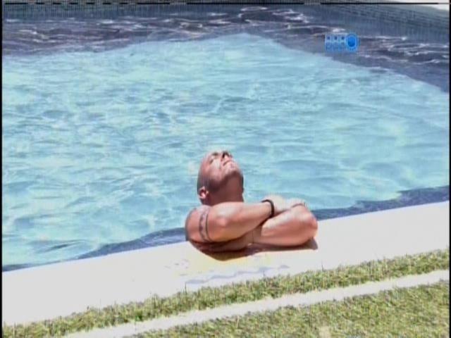 16.jan.2014 - João Almeida pega sol sozinha no piscina
