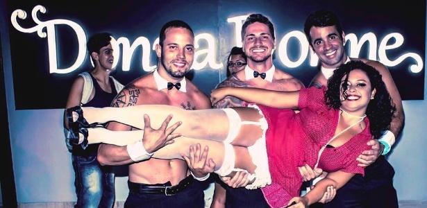 João Almeida (à esq.) quando trabalhou como garçom sensual para eventos de um sex-shop