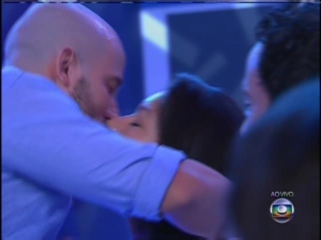 João Almeida beija a namorada no reencontro.
