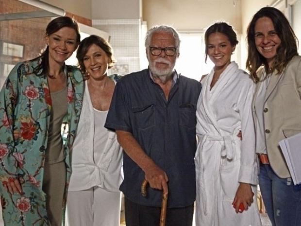 """Manoel Carlos acompanha as gravações de """"Em Família"""" ao lado de Bruna Marquezine e Julia Lemmertz"""
