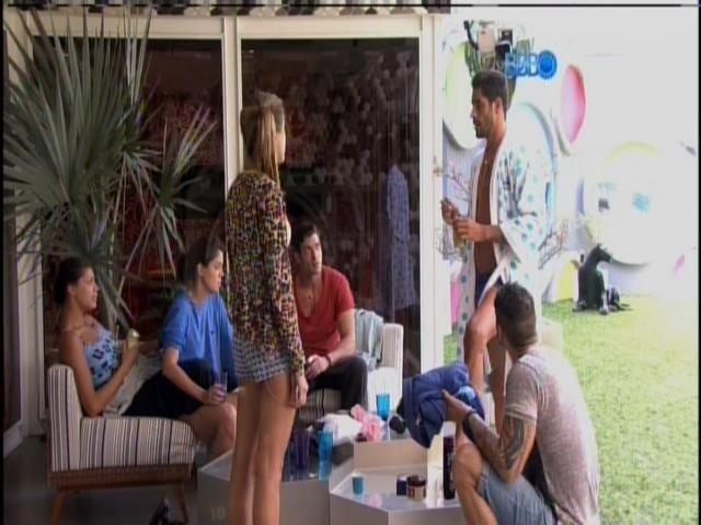 Participantes conversam no varanda