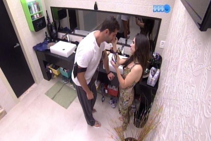 16,jan.2014 - Valdinere faz maquiagem em Marcelo