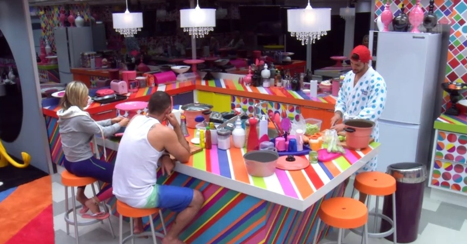 16.jan.2014 - Vanessa, Vagner e a Rodrigo enquanto cozinham.