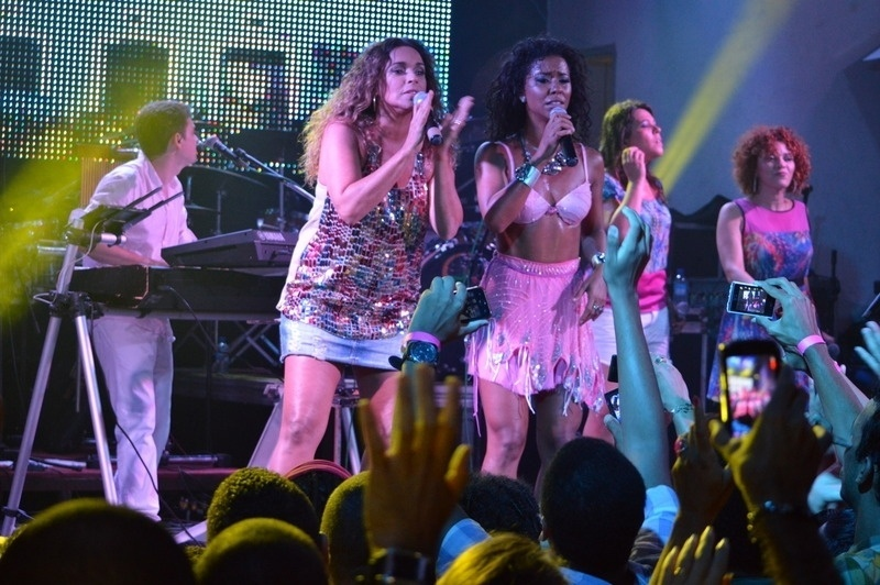 16.jan.2014 - Daniela Mercury e Margareth Menezes cantam juntas no ensaio da Mametto na boate The Hall em Salvador