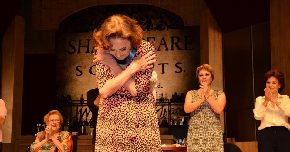 """16.jan.2014 - Laura Cardoso agradece o carinho do público, que prestigiou o espetáculo """"A Última Sessão"""", no teatro Frei Caneca, em São Paulo"""