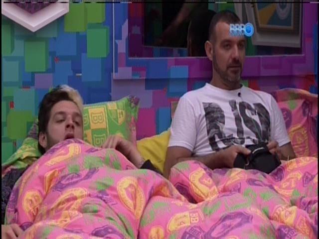 16.jan.2014- Brothers se preparam para dormir