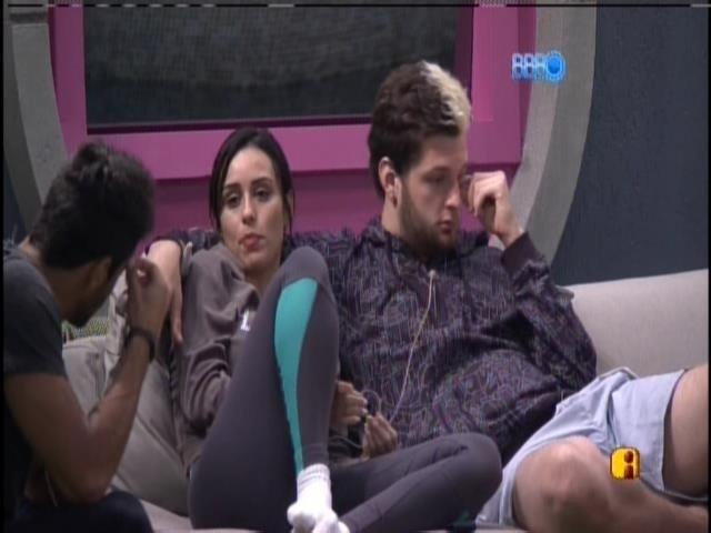 16.jan.2014- Letícia, Cassio e Diego continuam na varanda